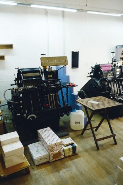 在其廠房內設有老式的手動印刷機。