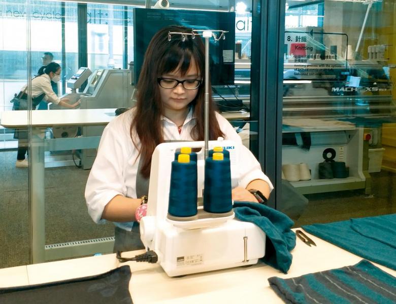 工人正進行舊衣再造的針織程序。