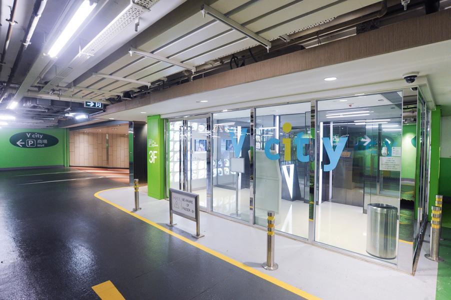 新地計劃在兩個商場先試行推免觸式時租泊車服務,提升服務效率,屯門V city是其中之一。