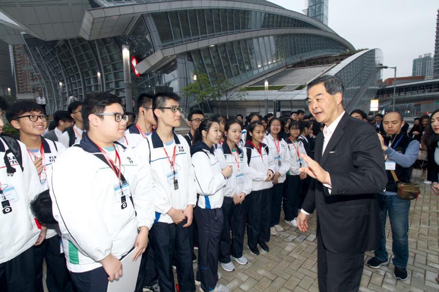 梁振英鼓勵學生多遊大灣區。