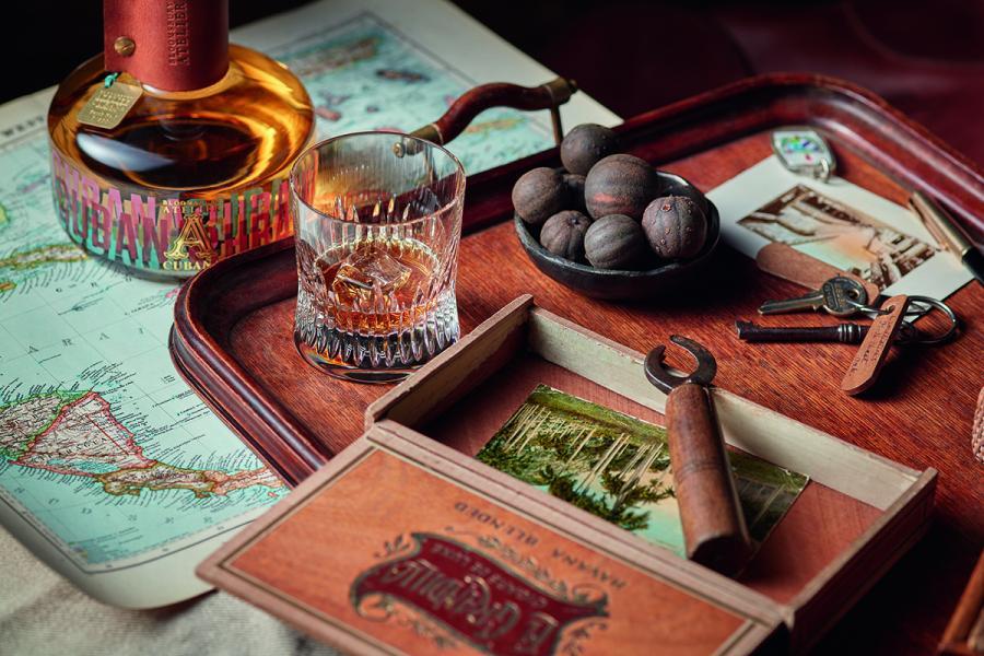以古巴雪茄葉為釀造主角,經過歷時五個月的發酵過程,雪茄葉於蒸餾過程中流露芳郁香氣,令酒液更有個性。