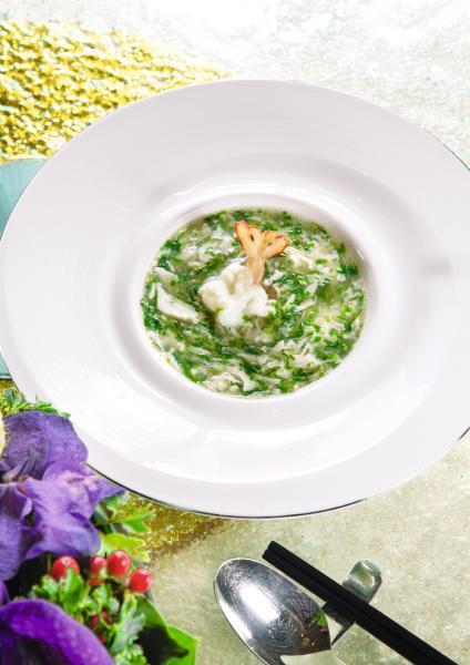 翠塘鮮蝦羹:以蟹肉、菠菜、蛋白絲、蔥花煮成湯羹,再加上口感滑溜的蒸蛋白,以及鮮甜彈牙的鳳尾蝦,清新可口。
