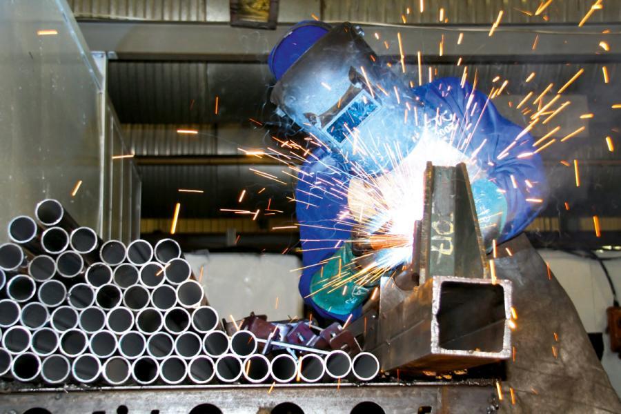 美國對進口鋼材和鋁材徵收25%及10%關稅。