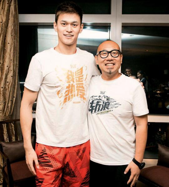 361°品牌事業管理中心總經理鄭業欣(右)與贊助運動員孫楊合照。