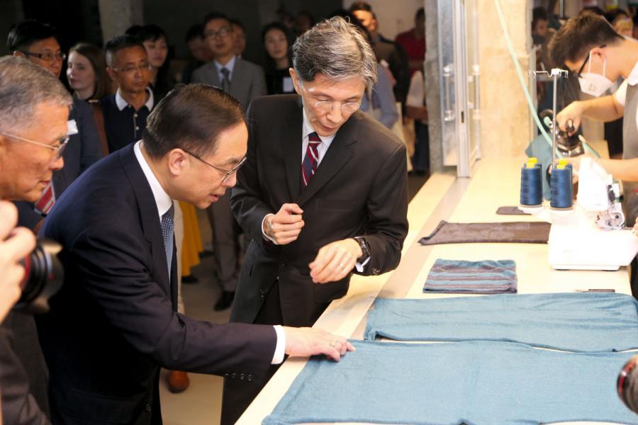 葛儀文(右)向創科局局長楊偉雄介紹G2G技術過程。