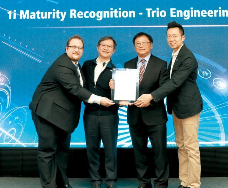 上月底,黎耀華代表公司正式接過工業4.01i證書。