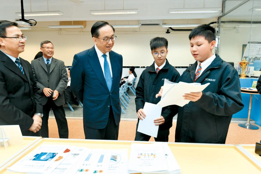 政府會投放5 億元推行中學IT 創新實驗室計劃。