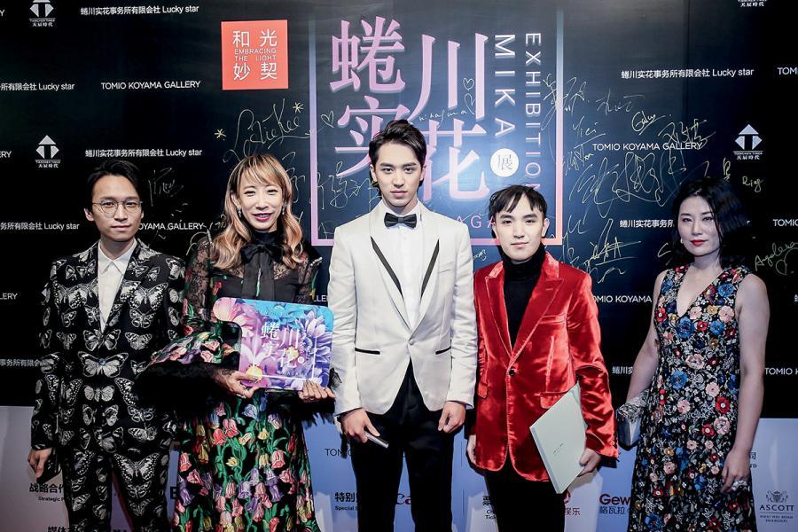 蜷川實花(左二)於2017年在上海舉行作品展,於開幕禮上,Keith、蜷川和藝人許魏洲(中間)一起進場。