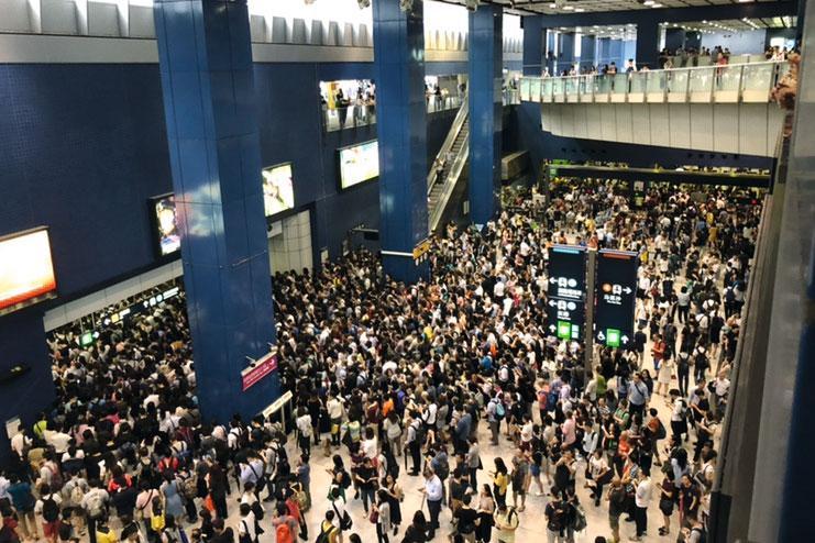 「山竹」破壞力驚人,但仍無阻香港人準時返工的決心。