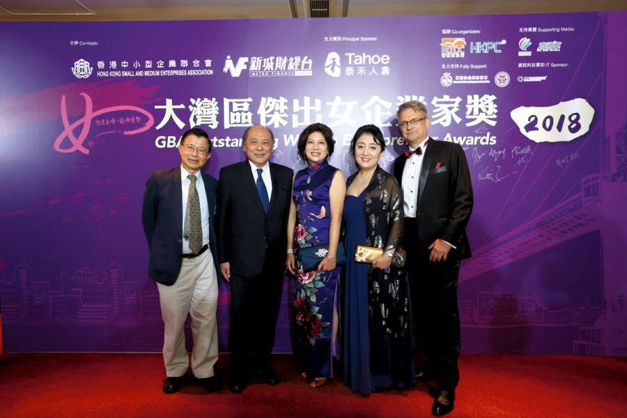 鄧兆華教授、馮順燊醫生、黃悅勤教授及 Mr. Hansen同賀潘淑嫺得獎。