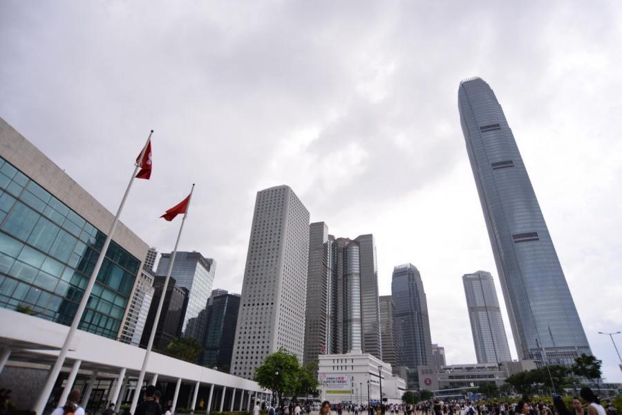 中美關係轉差,香港被夾在中間難免受到影響。