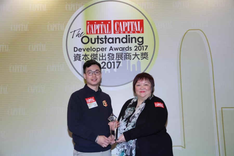 【傑出發展商合作伙伴 - VR虛擬實境】: room³       由香港優質顧客服務協會副主席何蕭素嫻女士(右), 頒發獎項予 room³ 製作經理伍尚謙先生 (右)。