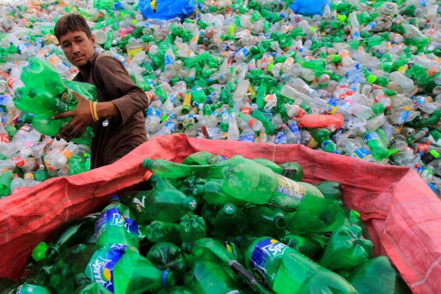 全世界排放到海洋的塑膠垃圾,當中以印尼、菲律賓、越南、泰國和中國共佔百分之六十。