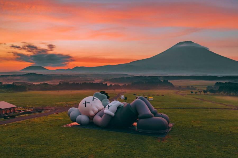 《KAWS:HOLIDAY》第四站選址日本的富士山。總長40米的全新巨型雕塑躺在遼闊草原,以悠閒的姿態凝望富士山。