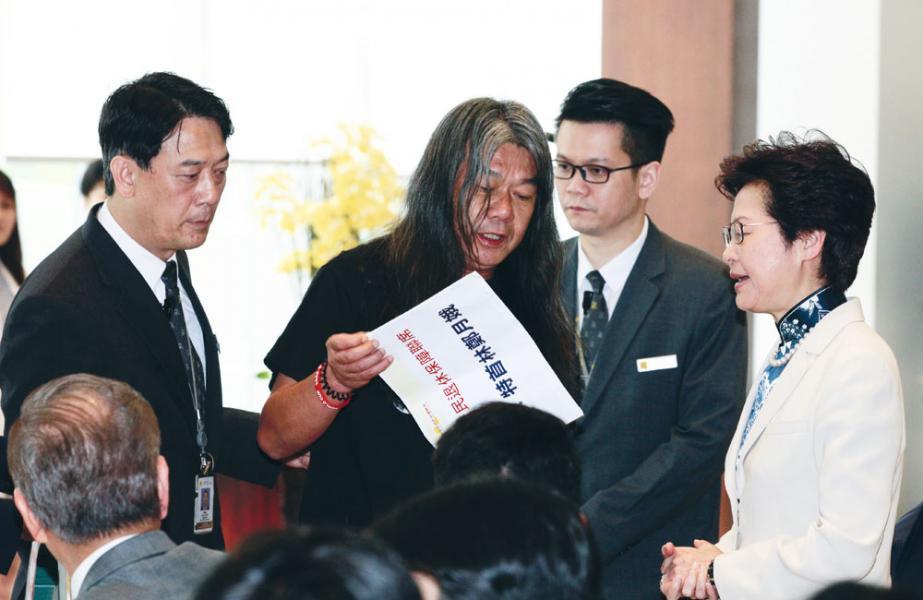 林鄭有別梁振英唯我獨尊性格,她親手接過梁國雄的信件和示威道具。