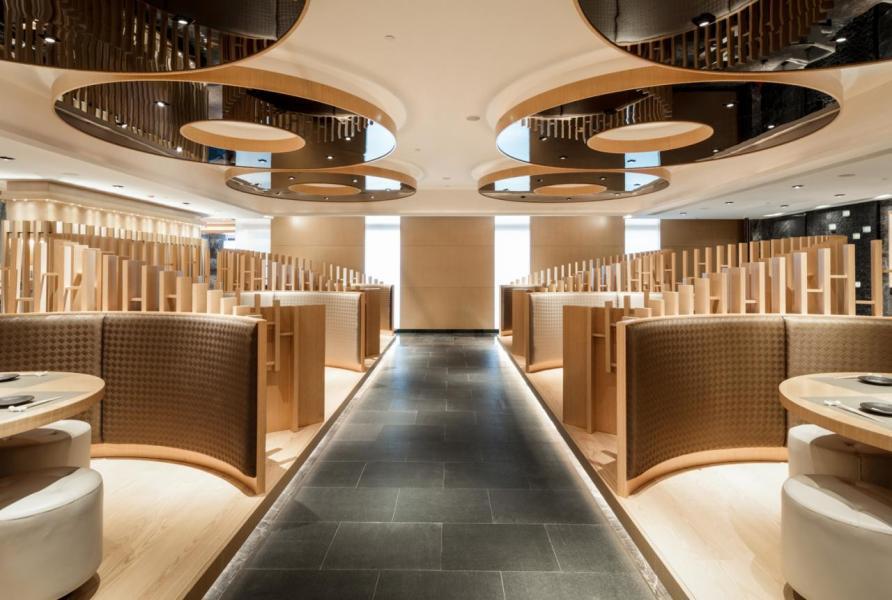 主用餐區以木方組成環形屏風,打造出半開放式空間。