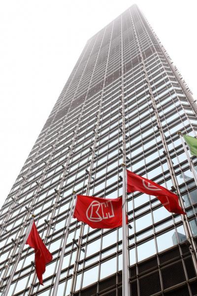 長和在香港經營零售連同電訊業務,估計服務客戶人數超過六百多萬人。