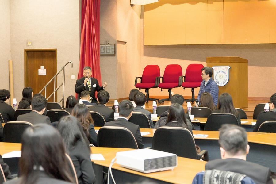 冼雅恩(左)不時代表香港青年工業家協會到各大專院校分享香港工業發展及生涯規劃。