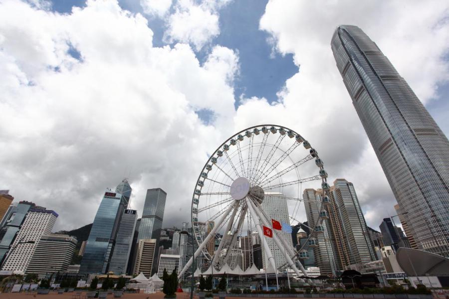 林鄭建議引入兩級利得稅,減輕中小企業的稅務負擔。
