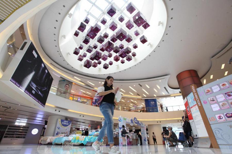 在區內配套發展未成熟前,最近的大型商場為新蒲崗的Mikiki。