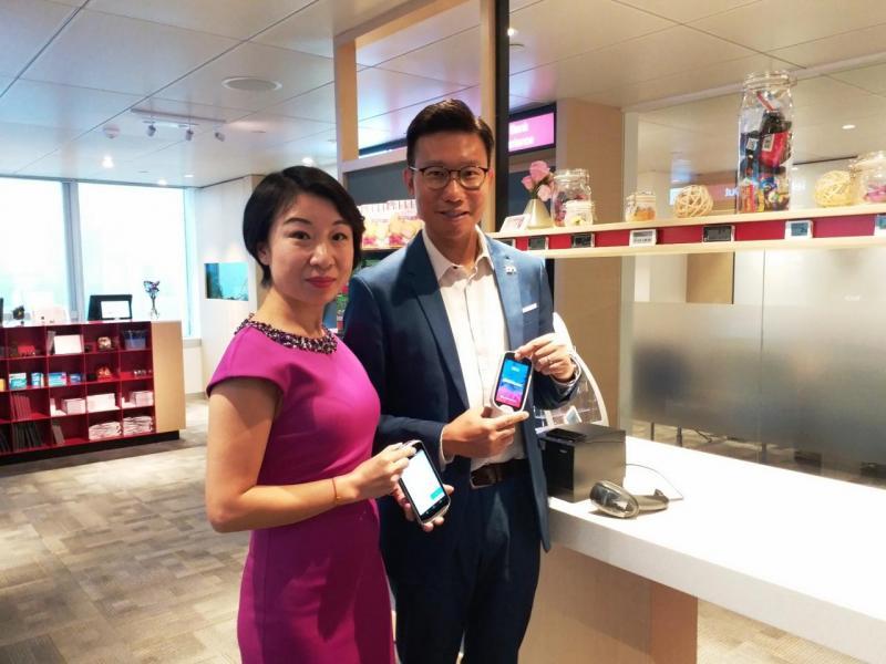 (左起)Diebold Nixdorf香港區副總裁兼地區經理付詠雪、香港區零售部總經理曾偉良。