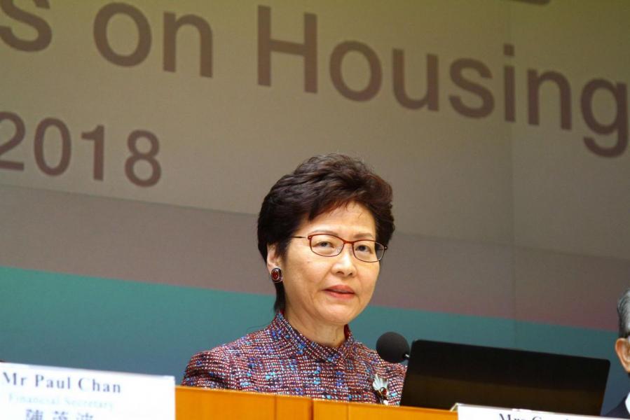 消息指特首林鄭月娥正研究把本港更多私人住宅地皮改作興建公營房屋。