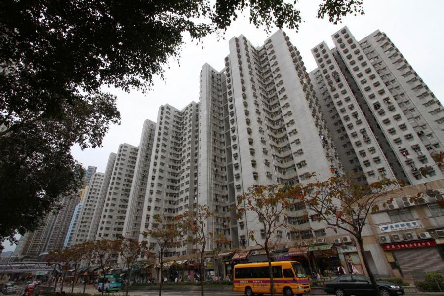 97年的金融風暴,令大角咀居屋富榮花園成為史上最多撻定的居屋樓盤,負資產業主更是不計其數。