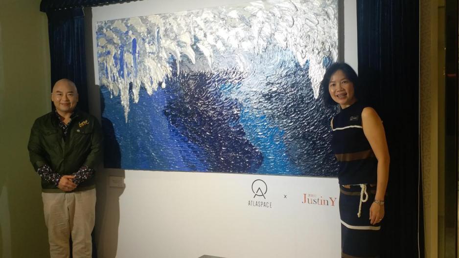 ATLASPACE香港區城市總經理吳文璞(右)與手指畫藝術家Justin Y