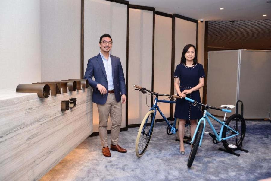 鷹君執行董事羅俊謙表示(左),集團邀請單車工藝大師Gabriel Lang設計三款親子系列單車供住戶使用。