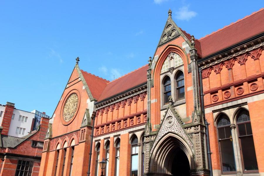 伯明翰市中心的樓價約每平方呎300至450英鎊。
