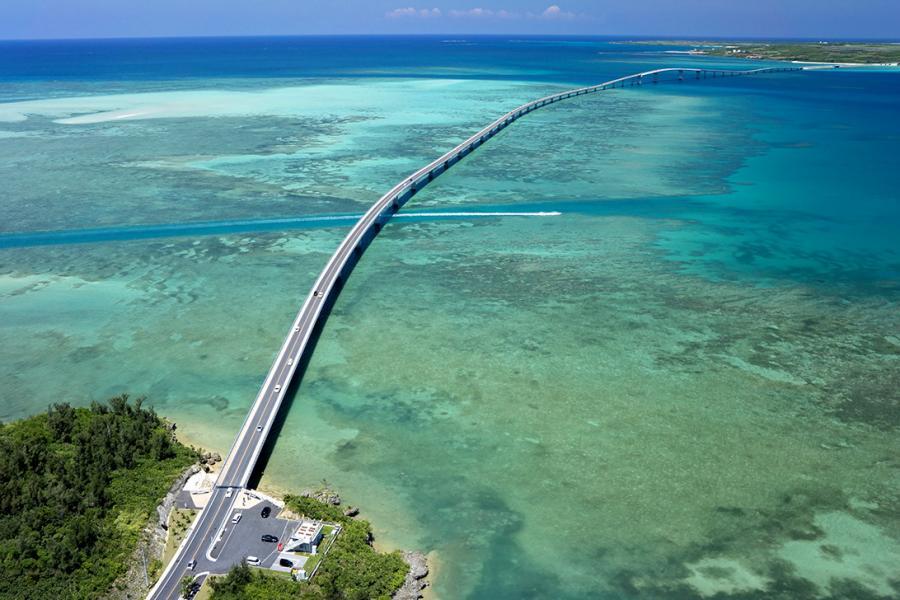 接宮古島和島島機場的Irabu—ohashi大橋開通以來,該地區的遊客數量出現了前所未有的激增。