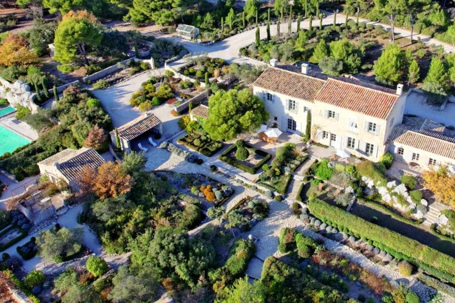 當前法國平均房價為每平方米2,599歐元,別墅平均每平方米2,111歐元,公寓平均每平方米3,528歐元。