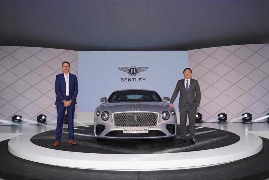賓利汽車外觀設計師Crispin Marshfield及賓利汽車香港及澳門總經理蔡慶成先生為全新Continental GT主持揭幕儀式。