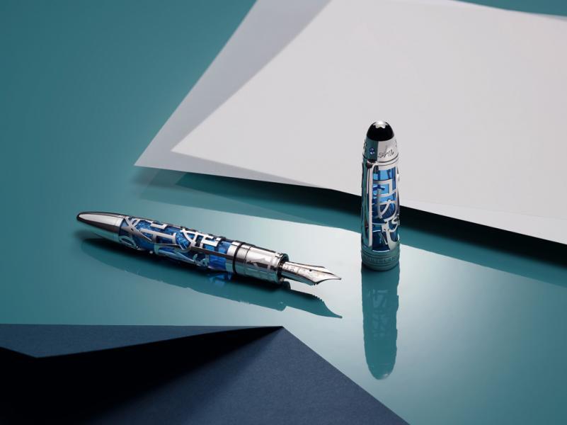 Montblanc Supports UNICEF Meisterstuck 大班系列Solitaire 鏤空149墨水筆,採用鍍鉑立體鏤空圖案,勾勒出六種字元的精美輪廓。透過別致的鏤空結構,半透明的藍色珍稀樹脂閃爍著盈潤動人的光彩。筆帽頂部採用珍貴的珍珠母貝和縞瑪瑙製成,環刻六個不同語言的字元,飾有一顆2.5毫米的耀眼藍寶石。18K白金和黃金打造的筆咀上亦鐫刻六個精美字元,象徵著Montblanc 與聯合國兒童基金會多年以來意義深遠的密切合作,並寓意每個兒童都應享有書寫的權利。HK$79,100