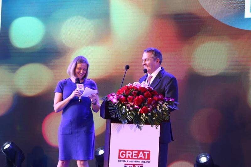 (左)英國駐廣州總領事梅凱倫及(右)英國國際貿易大臣霍理林主持2018英國創新科技節啟動禮。