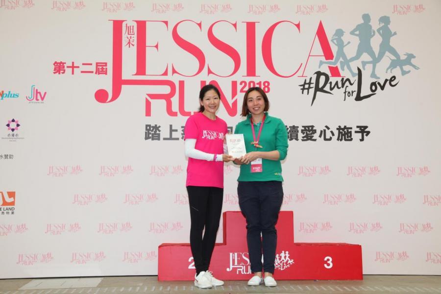 南華金融控股有限公司及南華傳媒執行副主席吳旭茉頒發感謝狀予香港女童軍助理總監黃建雯。