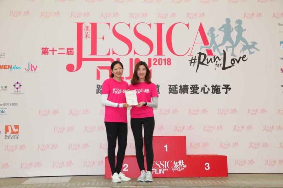 南華金融控股有限公司及南華傳媒執行副主席吳旭茉頒發感謝狀予景樂飲食集團代表。