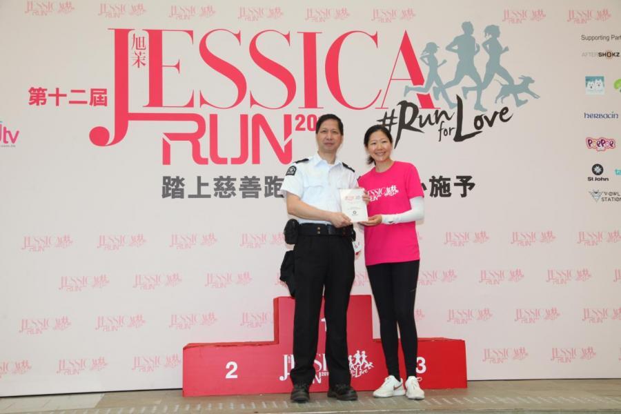 南華金融控股有限公司及南華傳媒執行副主席吳旭茉頒發感謝狀予香港聖約翰救傷會代表。