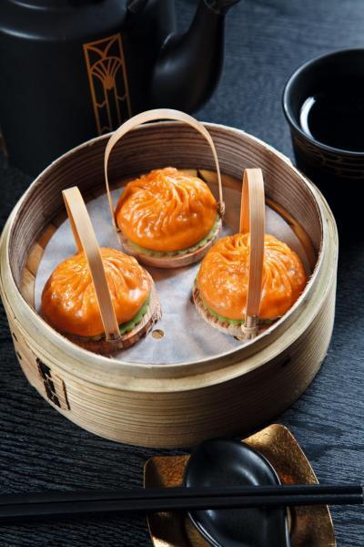 擔擔湯包:將四川擔擔麵湯底與上海小籠包結合,再加上用甘筍汁做成的23摺外皮,入口微辣,肉汁豐盈。