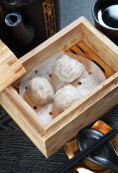 黑松露蝦餃:招牌菜之一,華師傅選用晶瑩飽滿的越南白蝦,搭配加入了雲南黑松露的餃皮,黑松露的菌香令白蝦的鮮味更突出。