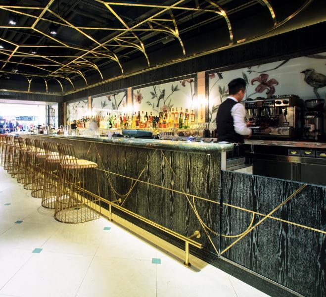 餐廳的室內裝潢以中式鳥籠為靈感,入口兩旁掛有四幅大型孔雀壁畫,而牆壁上亦飾有一系列手繪中式及歐式花鳥圖案,與拱頂鳥籠天花板、幾何形銀箔鏡子互相輝映。