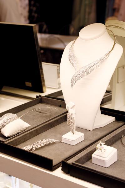 何國鉦設計的珠寶首飾亦展示其著重細節的風格。