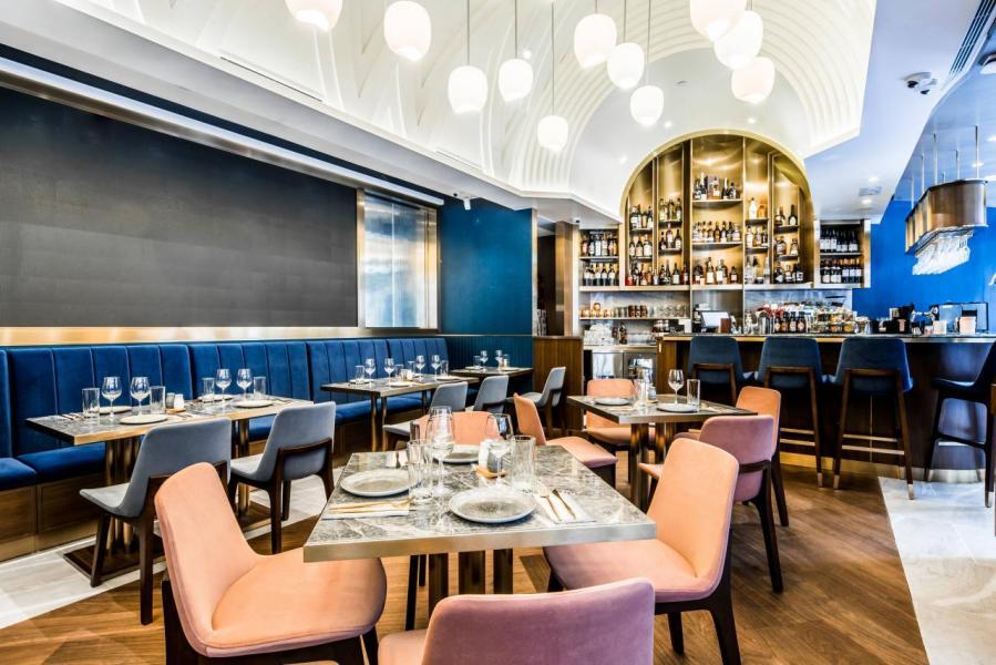 AHA 的裝潢設計,集合以管風琴為設計靈感的酒吧、仿古花窗玻璃鏡及多件精巧細緻的藝術品裝飾。