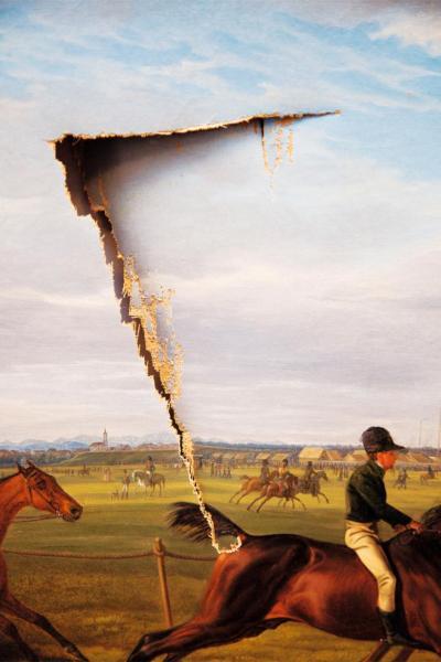 很多藝術作品都很脆弱,這幅名為「UneSceneDe Course de Plat en Baviere」的畫作在意外掉落時受到嚴重損壞,畫布上多了一道長達24厘米的割口。