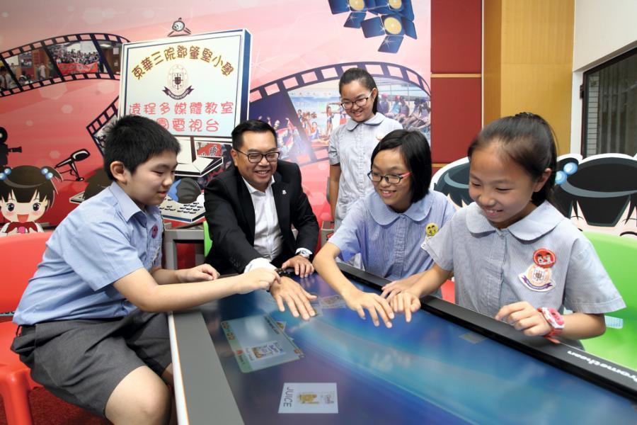 李鋈麟與學生試用互動電子學習桌(Active Table)。