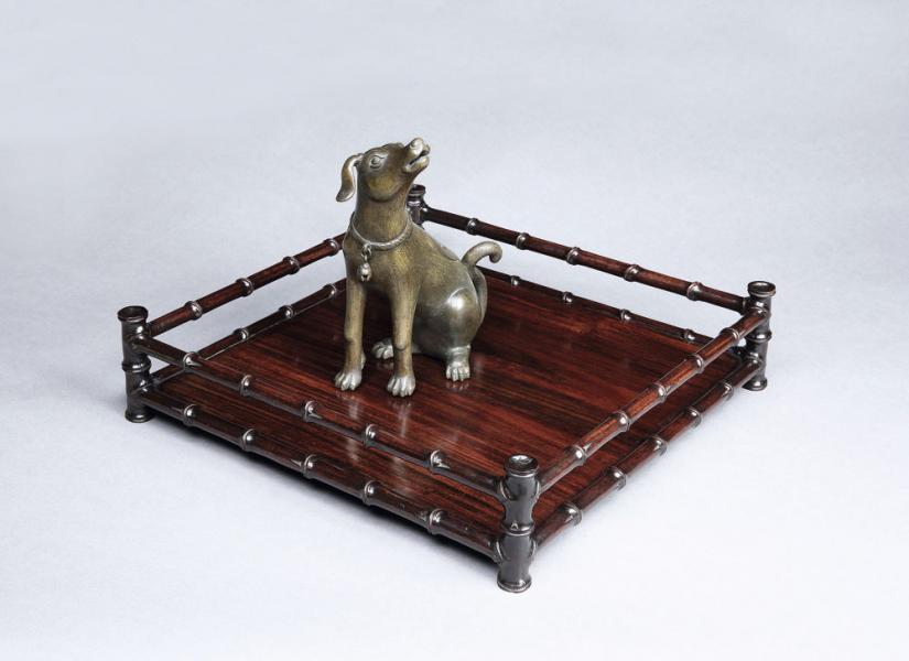 明朝銅犬香熏與19世紀紅木仿竹節紋方盤。