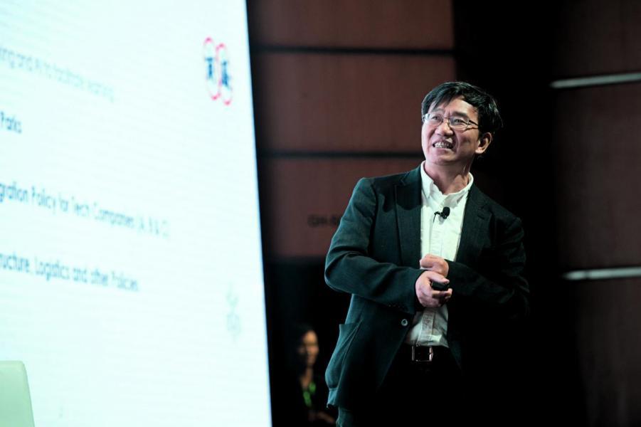 李澤湘簡介李澤湘教授是學者創業的典範,他目前是固高科技、大疆創新科技,以及松山湖機器人產業基地的董事長。其中,他與學生汪滔創辦的大疆創新,已成為世界無人飛行器及飛行相機領域最著名的公司。