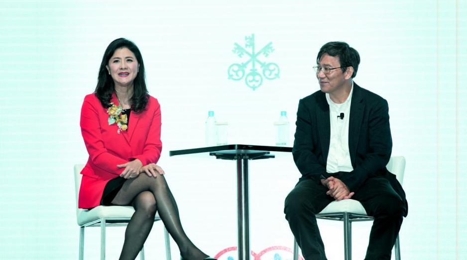 瑞銀宣布將與李澤湘教授創辦的香港X科技創業平台合作。圖左為瑞銀財富管理大中華區主管盧彩雲。