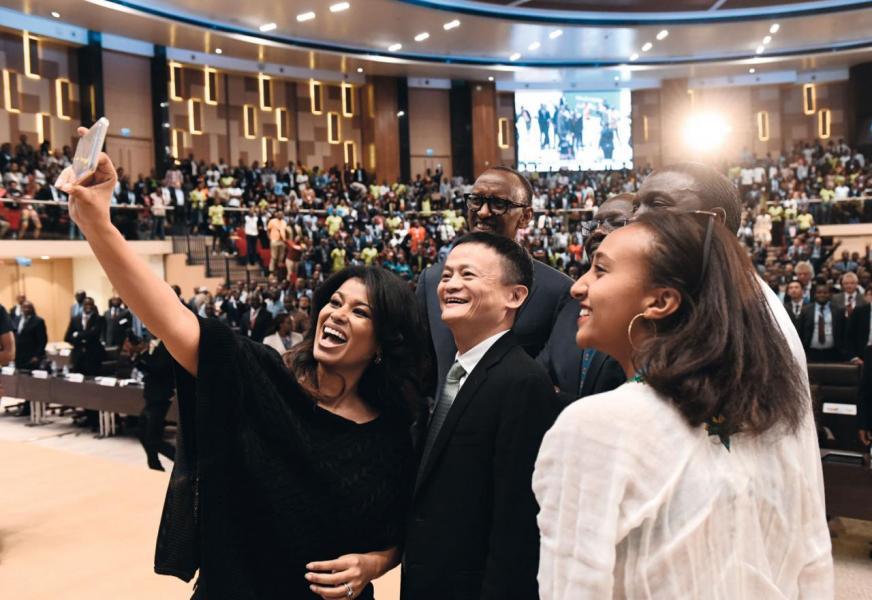 在盧旺達出席會議時與當地年青人分享創業經驗。