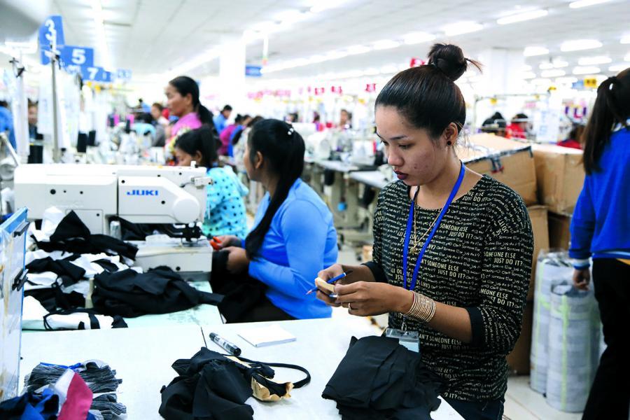 製造業基地漸向新興國家轉移,圖為柬埔寨一家製衣廠。